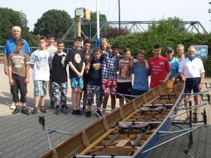 Schüler der Martin-Buber-Schule am Bootshaus des RC-Germania